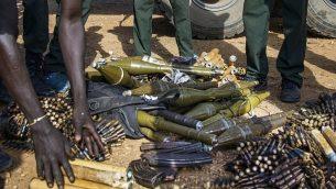 في صورة الملف هذه التي تم التقاطها في 25 أبريل 2016، قامت قوات المتمردين من الجيش الشعبي لتحرير السودان المعارض (SPLA-IO) بتفريغ أسلحتهم في موقعهم العسكري في جوبا. (Albert Gonzalez Farran / AFP)