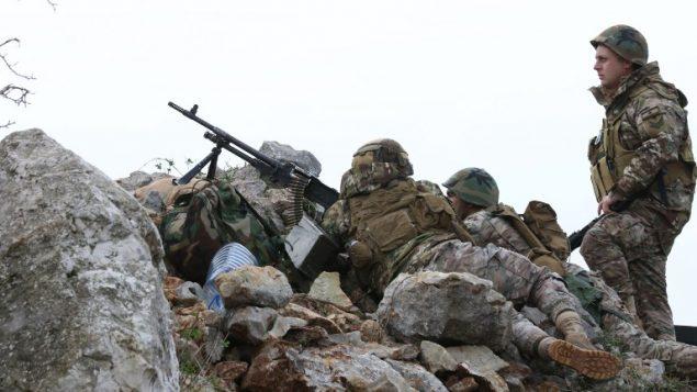 جنود لبنانيون يراقبون الحدود مع اسرائيل بالقرب من قرية ميس الجبل في جنوب لبنان، 16 ديسمبر 2018 (Mahmoud ZAYYAT/AFP)