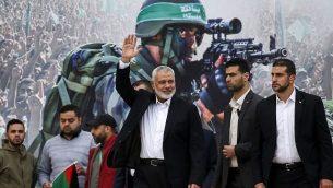 زعيم حماس في غزة إسماعيل هنية (الثالث من اليمين) يلوح لدى وصوله إلى تجمع حاشد بمناسبة الذكرى الحادية والثلاثين لتأسيس حماس، في مدينة غزة في 16 ديسمبر / كانون الأول 2018. (SAID KHATIB / AFP)