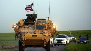 القوات الأمريكية، بمرافقة مقاتلين من وحدات حماية الشعب الكردية (YPG)، تقود مركباتها المدرعة بالقرب من قرية درابسية في شمال سوريا، على الحدود مع تركيا، 28 أبريل 2017. (Delil Souleiman / AFP)