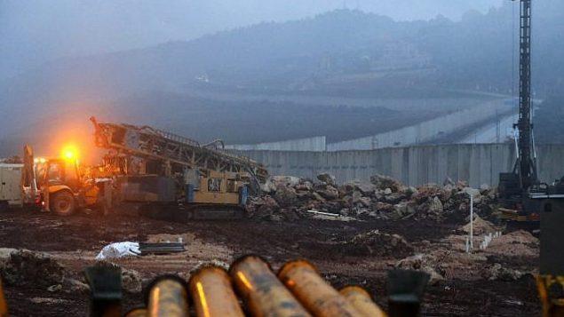 معدات حفر اسرائيلية تعمل بالقرب من حاجز اسمنتي عند الحدود مع لبنان، بالقرب من بلدة المطلة الإسرائيلية، 19 ديسمبر 2018 (Jack Guez/AFP)