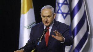 رئيس الوزراء بينيامين نتنياهو يلقي خطابا خلال القمة الإسرائيلية-اليونانية-القبرصية الخامسة، قبل التوقيع على اتفاقيات ثلاثية في مجال السايبر والابتكار، 20 ديسمبر، 2018، في بئر السبع. (Menahem KAHANA/AFP)