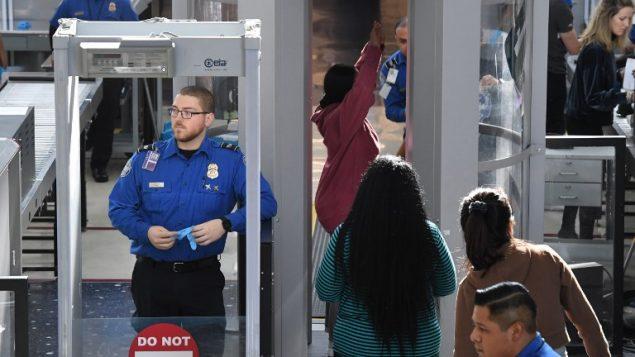 صورة توضيحية: ضباط امن مطارات في مطار LAX  في لوس انجيليس كاليفورنيا، 22 ديسمبر 2018 (Mark RALSTON / AFP)