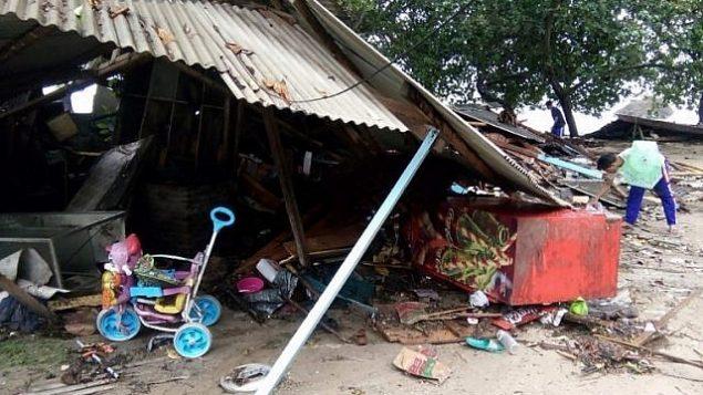 سكان يفحصون منازل محطمة في كاريتا، اندونيسيا، في اعقاب تسونامي اصاب المنطقة في 22 ديسمبر نتيجة انفجار بركان اناك كراكاتوا، 23 ديسمبر 2018 (Semi/AFP)