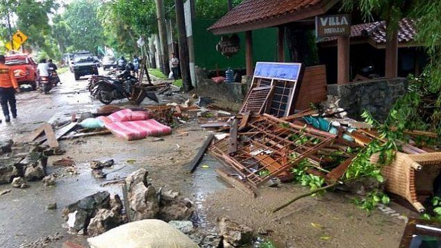 حطام منازل في كاريتا، اندونيسيا، في اعقاب تسونامي اصاب المنطقة في 22 ديسمبر نتيجة انفجار بركان اناك كراكاتوا، 23 ديسمبر 2018 (Semi/AFP)