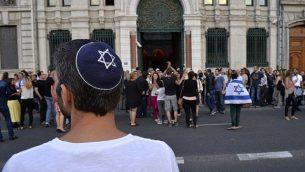رجل يرتدي الكيباه حين يشارك الحشد في مظاهرة دعا إليها مجلس ممثلي المؤسسات اليهودية في فرنسا في 31 يوليو 2014، أمام كنيس في ليون. (AFP/Romain LaFabregue/File)