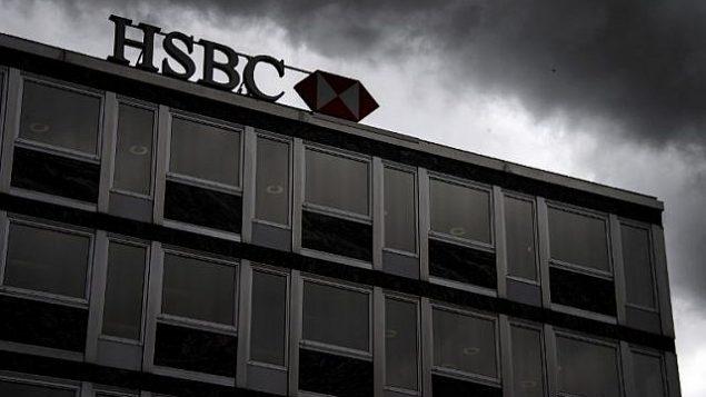 في صورة الملف هذه التي تم التقاطها في 14 يونيو 2013، تظهر السحب فوق علامة على بنك إتش إس بي سي الخاص (Suisse) في وسط جنيف. (AFP/Fabrice Coffrini)