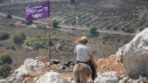 عضو في 'شبان التلال' في بؤرة استيطانية غير قانونية في شمال الضفة الغربية (Zman Emet, Kan 11)