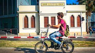 شاب يركب دراجة كهربائية في تل أبيب في 5 يوليو 2016. (Flickr / Ted Eytan / CC BY-SA)