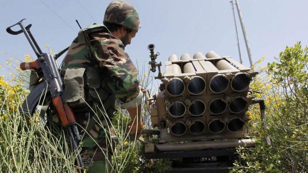 مقاتل من حزب الله بجانب قاذفة صواريخ، 22 مايو 2010 (AP/Hussein Malla)