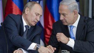 الرئيس الروسي فلاديمير بوتين (يسار) مع رئيس الوزراء بنيامين نتنياهو وهم يستعدون لإلقاء بيانات مشتركة بعد اجتماع وتناول طعام الغداء في مقر إقامة الزعيم الإسرائيلي في القدس، 25 يونيو / حزيران 2012. (AP / Jim Hollander، Pool)