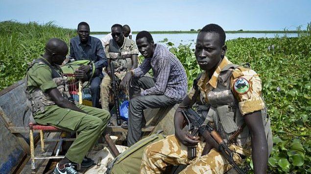 في هذه الصورة التي تم التقاطها في 19 أغسطس، 2017، جنود حكوميون يعبرون الضفة الغربية من النيل للقيام بدورية في الخطوط الأمامية، في بلدة كويك الواقعة في ولاية أعالي النيل الشمالية، في جنوب السودان.  (AP/Sam Mednick)