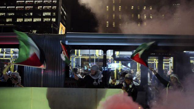 متظاهرون يلوحون بالاعلام الفلسطينية خلال احتجاج ضد الاشتباكات في غزة ونقل السفارة الامريكية الى القدس، في ساو باولو، البرازيل، 15 مايو 2018 (AP/Andre Penner)