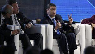 رئيس هندوراس، خوان أورلندو هرنانديز، يتكلم خلال منتدى اقتصادي في إطار القمة الإيبيرية الأمريكية السادسة والعشرين في أنتيغوا، غواتيمالا، 15 نوفمبر، 2018. (AP Photo/Moises Castillo)
