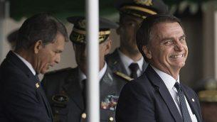 يبتسم رئيس البرازيل المنتخب آير بولسونارو وهو يحضر حفل تخريج طلاب الجيش في الأكاديمية العسكرية لأغولهاس نيغراس في ريسيندي، البرازيل، 1 ديسمبر 2018. (AP Photo / Leo Correa)