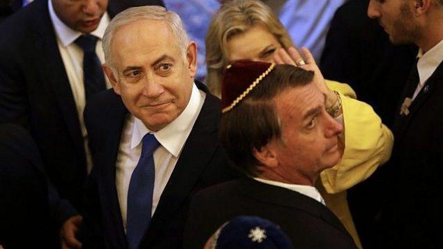 بنيامين نتنياهو (إلى اليسار) والرئيس البرازيلي المنتخب آير بولسونارو، يخرجان بعد زيارة إلى كنيس كيهليات يعكوف، في ريو دي جانيرو، البرازيل، 28 ديسمبر  2018. (Leo Correa / Pool Photo via AP)