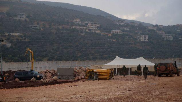 جنود اسرائيليون بالقرب من مدخل نفق تقول اسرائيل ان حزب الله حفره من جنوب لبنان نحو بستان تفاح يقع جنوب بلدة المطلة الإسرائيلية، 19 ديبسمبر 2018 (Judah Ari Gross/Times of Israel)