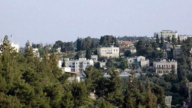صورة للمجمع اليوناني في حي أبو طور كما يظهر من باب الخليل في البلدة القديمة.  (Sue Surkes/Times of Israel)