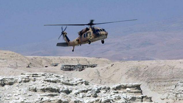 طائرة هليكوبتر من طراز بلاك هاوك في حالة هبوط في صحراء يهودا، صورة ملف (Kobi Gideon / Flash90)