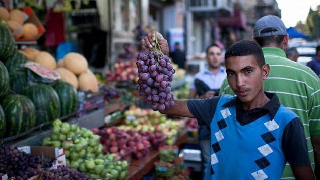 توضيحية: شاب فلسطيني في القدس يعرض بضاعته خلال شهر رمضان، 24 يوليو، 2012. (Noam Moskowitz/Flash90)