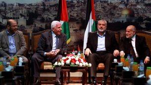 اجتماع قادة حماس وفتح في غزة لإجراء محادثات حول المصالحة الفلسطينية في 22 أبريل 2014. (Abed Rahim Khatib/Flash90)