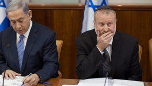 رئيس الوزراء بنيامين نتنياهو (إلى اليسار) وسكرتير الحكومة آنذاك أفيحاي ماندلبليت في الاجتماع الأسبوعي لمجلس الوزراء بمكتب رئيس الوزراء في القدس، في 5 يوليو 2015. (Emil Salman/Pool/Flash90)