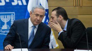 رئيس الوزراء بنيامين نتنياهو مع عضو الكنيست ميكي زوهار خلال جلسة لحزب الليكود في الكنيست، 7 ديسمبر 2015 (Yonatan Sindel/Flash90)