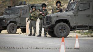 صورة توضيحية: عناصر حرس الحدود يحرسون حاجز في الضفة الغربية، 26 يناير 2017 (Wisam Hashlamoun/Flash90)