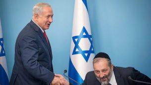 رئيس الوزراء بنيامين نتنياهو ووزير الشؤون الداخلية أرييه درعي في مؤتمر صحفي عقد في القدس يوم 3 ديسمبر 2017. (Yonatan Sindel / Flash90)