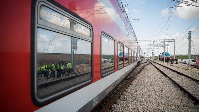 قاطر وسكك حديدية خلال رحلة تجريبية لقطار القدس-تل أبيب السريع في وسط إسرائيل، 16 يناير، 2018.  (Hadas Parush/Flash90)