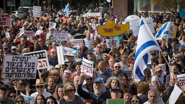 صورة توضيحية/ اسرائيليون يتظاهرون ضد الفساد، ينادون رئيس الوزراء بنيامين نتيناهو للاستقالة، في تل ابيب، 16 فبراير 2018 (Miriam Alster/Flash90)