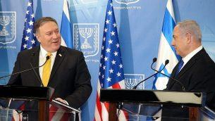رئيس الوزراء بينيامين نتنياهو (من اليسار) يعقد مؤتمرا صحفيا مشتركا مع وزير الخارجية الأمريكي مايك بومبيو في وزارة الدفاع في تل أبيب، 29 أبريل، 2018. (Yariv Katz/Pool/Flash90)