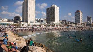 الإسرائيليون يستمتعون بالطقس الحار على الشاطئ في تل أبيب، 27 أغسطس، 2018. (Miriam Alster / FLASH90)