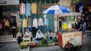 فلسطينيون يتسوقون في سوق الخضار في مدينة بيت لحم بالضفة الغربية، 30 أغسطس، 2018 (Miriam Alster / FLASH90)