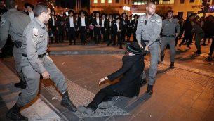 اليهود المتدينون المتشددون يتصادمون مع الشرطة وهم يحتجون على تجنيد الجيش لهم في القدس، 28 نوفمبر / تشرين الثاني 2018. (Noam Revkin Fenton / Flash90)