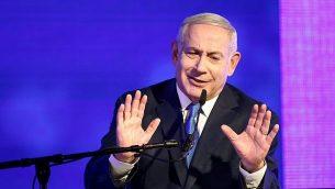رئيس الوزراء بنيامين نتنياهو يتحدث في حدث لحزب الليكود في رمات غان بمناسبة الليلة الأولى من عيد حانوكا اليهودي، في 2 ديسمبر، 2018. (Miriam Alster / Flash90)