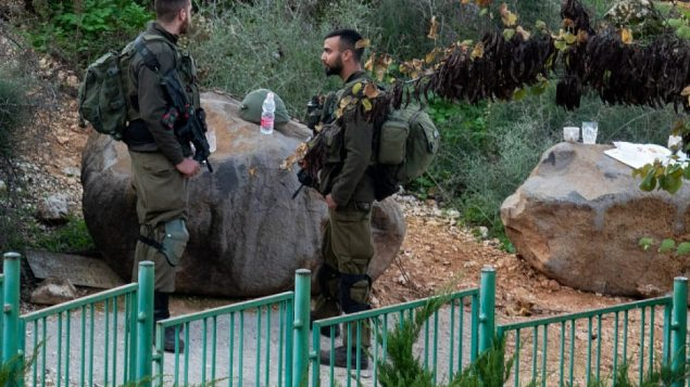 جنديان إسرائيليان يقفان للمراقبة بالقرب من الحدود بين إسرائيل ولبنان خارج بلدة المطلة، 4 ديسمبر، 2018.  (Basel Awidat/Flash90)