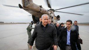 رئيس الوزراء الإسرائيلي بنيامين نتنياهو يخرج من طائرة مروحية عند وصوله إلى شمال إسرائيل، 6 ديسمبر 2018. (Amit Shabi/Yedioth Ahronoth/POOL