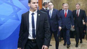 رئيس الوزراء بنيامين نتنياهو يصل إلى الاجتماع الأسبوعي لمجلس الوزراء في مكتب رئيس الوزراء في القدس، 9 ديسمبر، 2018. (Marc Israel Sellem / POOL)