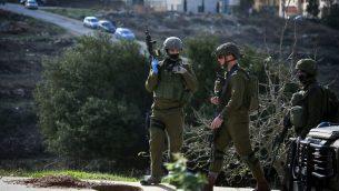 جنود اسرائيليون يبحثون عن مشتبه بهم فلسطينيين في مدينة رام الله، الضفة الغربية، 10 ديسمبر 2018 (Flash90)