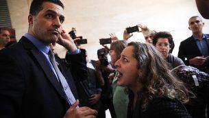 حراس الكنيست يخرجون ناشطة نسوية بعد مقاطتها لمراسم تكريم المغني الإسرائيلي إيال غولان في الكنيست في القدس، 11 ديسمبر، 2018. (Hadas Parush/Flash90)