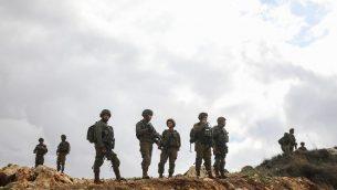 توضيحية: جنود إسرائيليون يقومون بحراسة موقع هجوم إطلاق نار بالقرب من من غيفعات أساف، في وسط الضفة الغربية، 13 ديسمبر، 2018. (Hadas Parush/Flash90)