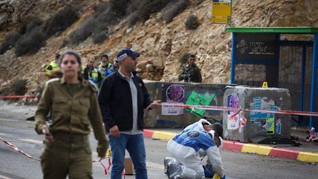 جنود إسرائيليون ومسعفون وعناصر شرطة يتفقدون موقع هجوم إطلاق نار وقع بالقرب من غيفعات أساف، في وسط الضفة الغربية، 13 ديسمبر، 2018. (Hadas Parush/Flash90)