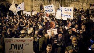 إسرائيليون من اليمين يشاركون في مظاهرة من أمام مقر إقامة رئيس الوزراء في القدس، 13 ديسمبر، 2018. (Yonatan Sindel/Flash90)