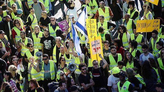 """مظاهرات """"السترات الصفراء"""" تصل إلى إسرائيل مع تظاهر المئات ضد ارتفاع تكاليف المعيشة في وسط تل أبيب في 14 ديسمبر، 2018. (Miriam Alster / Flash90)"""