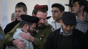 أصدقاء وأقارب يشاركون في جنازة الجندي الإسرائيلي يوسف كوهين، الذب قُتل في هجوم إطلاق نار وقع في الضفة الغربية، في دار الجنازة 'شمغار' في القدس، 14 ديسمبر، 2018.  (Yonatan Sindel/Flash90)