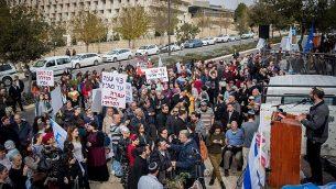 مستوطنون ونشطاء من اليمين يحتجون على الهجمات المستمرة ضد الإسرائيليين في الضفة الغربية خارج مكتب رئيس الوزراء في القدس، 16 ديسمبر / كانون الأول 2018. (Yonatan Sindel / Flash90)