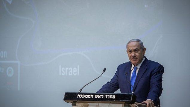 رئيس الوزراء بينيامين نتنياهو يدلي بتصريحات للصحافة في الكنيست في القدس، 19 ديسمبر، 2018. (Hadas Parush/Flash90)