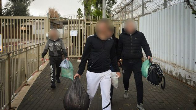 سجناء يغادرون سجن معسياهو في الرملة في 20 ديسمبر 2018، بعد اطلاق سراح 970 سجين من السجون الإسرائيلية نتيجة قرار لمحكمة العدل العليا (Avi Dishi/Flash90)