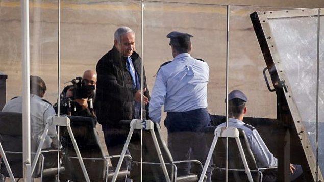 رئيس الوزراء بينيامين نتنياهو يحضر مراسم تخرج طيارين اكملوا دورة طيران لسلاح الجو الإسرائيلي، في قاعدة 'حتساريم' الجوية في صحراء النقب، 26 ديسمبر، 2018. (Aharon Krohn/Flash90)